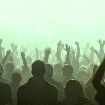 concert crowd How To Tell FOR SURE If a Guy Likes You   7 Body Language Signs