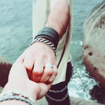 holding H Tips For Relationships: 7 Signs Hes Emotionally Unavailable